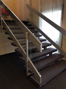 Treppe mit Teppichboden verlegt bei Firma Team77, Februar 2020